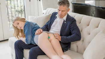 Засунула анальную пробку себе в очко чтобы соблазнить парня и дать ему себя трахнуть