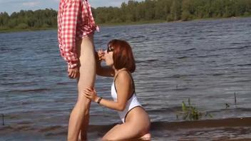 Русская  рыжая в очках отсосала у воды на природе