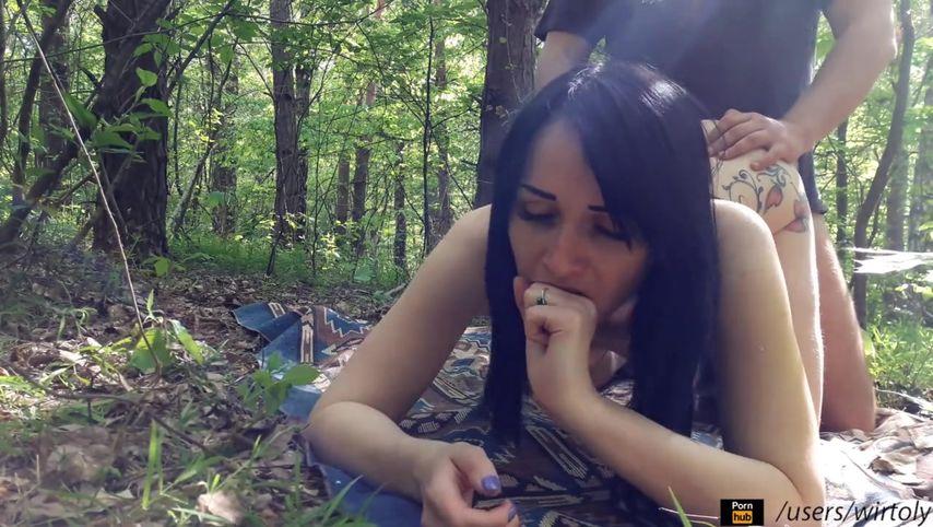 Уединившись в лесу, молодая пара после оральных ласк, сняла свой секс на видеокамеру