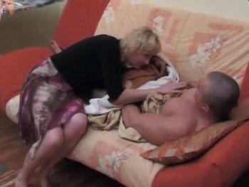 Зрелую блондинку накачанный любовник долбит в дырочку