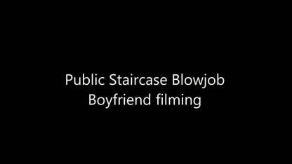 Грудастая девка отсасывает конец парня в подъезде и показывает грудь