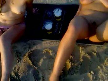 Развратный мужик дал в рот своей похотливой жене на пляже